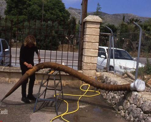 Pilar Cerdà con escultura 'Tornada al'origen'
