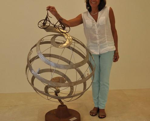 Pilar Cerdà con escultura 'La música més íntima'