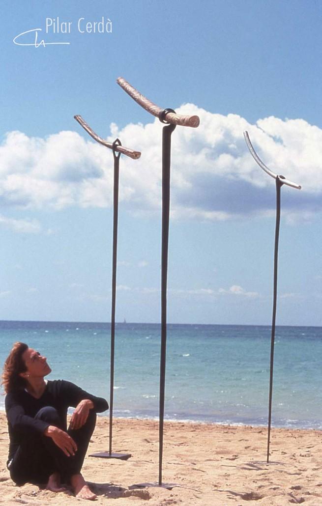 Pilar Cerdà con esculturas 'Maniobres d'equilibri'