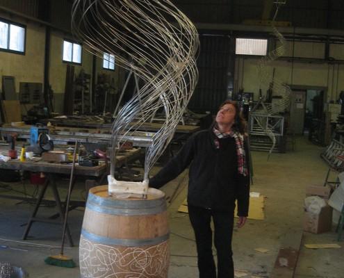Pilar Cerdà con escultura 'Vinyes verdes vora el mar...'