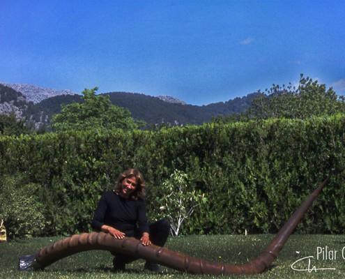 Pilar Cerdà con escultura 'Tornada a l'origen'