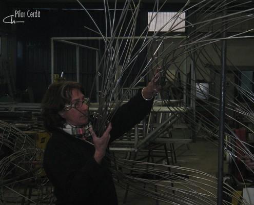 Pilar Cerdà trabajando escultura 'Vinyes verdes vora el mar...'