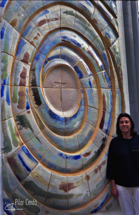 Pilar Cerdà con mural 'Espiral'