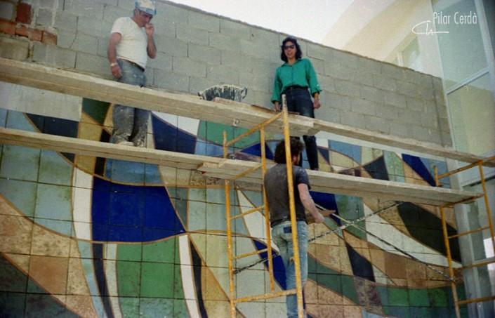 Pilar Cerdà dirigiendo mural 'Barques trencades'