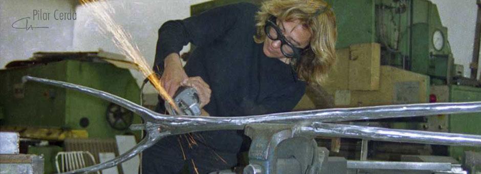 Pilar Cerdà puliendo escultura 'Connexió II'